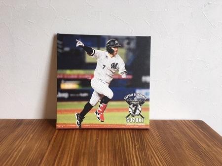 鈴木大地がサヨナラヒットを打った画像を商品化したものを飾っている写真
