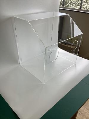 試作したエアロゾルボックスを工場内で撮影した画像