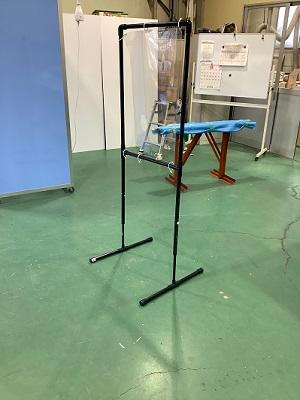 診察用の飛沫感染対策のアクリル板仕切りで高さ調整を可能にした試作の写真